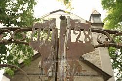 Ворота з викарбуваним роком 1928