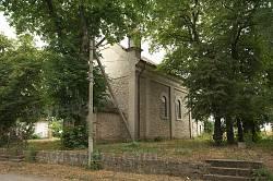 Храм майже повністю закритий старими липами