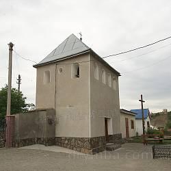Дзвіниця церкви св. Архистратига Михаїла. Вдалині каплиця