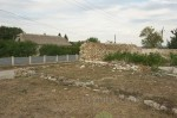 Высечка. Фундаменты строения и остатки замковой стены