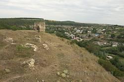 Замковая башня на фоне села Пищатинцы