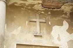 Хрест над порталом
