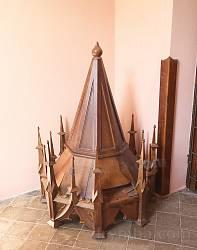 Різьблений дерев'яний дашок проповідальниці