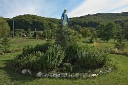 Фігура Пресвятої Богородиці на території