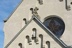 Фронтон и крест на притворе