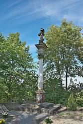 Скульптура Богородиці на колоні у селі Новосілки