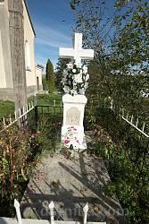 Захоронение возле храма