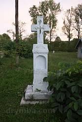 Надгробок біля церкви