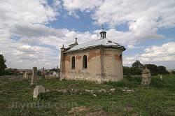 Костел розташований на сільському цвинтарі