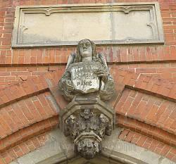 Замковий камінь порталу з надписом