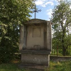 Старовинна капличка біля церкви у Озерянах