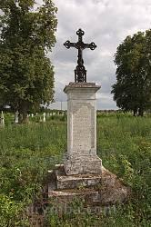 Металевий хрест на колоні
