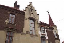 Вікно та фронтон на сходовій частині