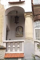 Кований ліхтар на веранді