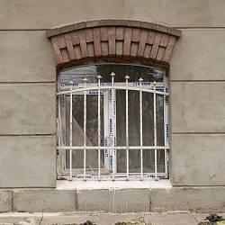 Віконце у цокольному поверсі