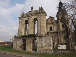 Монастирська дзвіниця - стінового типу
