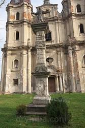 Фигура св. Яна из Дукли перед фасадом бернардинского костела