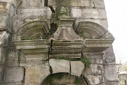 Сандрики над входами у дзвіницю