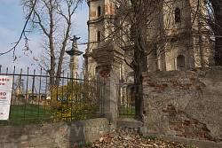 Ограда рядом с колокольней