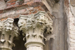 Капітелі колон головного порталу