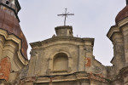 Хрест на фронтоні храму