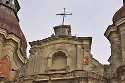 Крест на фронтоне храма