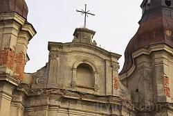 Фронтон на фасаді храму
