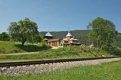 Церква знаходиться біля залізниці