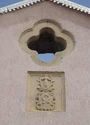 Старовинний герб та віконце на фасаді каплиці