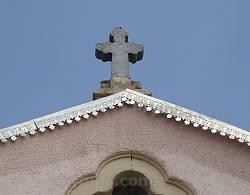 Хрест на фронтоні каплиці