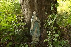 Дзвинячка. Статуя Богородиці на старому цвинтарі