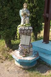 Давня фіґура ангела на території храму