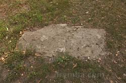 """Мельница-Подольская. Надгробные плиты - """"могилы воевод"""""""