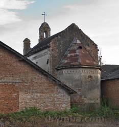 Вівтарна частина костелу
