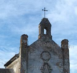 Верхня частина фасаду з дзвіницею