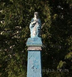 Старинная фигура у храма