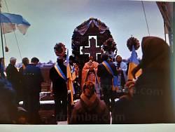 Освячення відновленого хреста у 1990 році. Фото Михайла Степ'юка