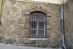 Віконце у цоколі