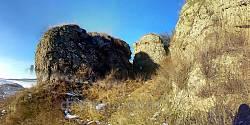 Тріщини між скелями