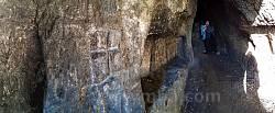 Печера у скелі