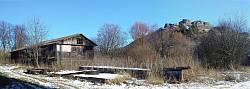 Остатки старого колхоза у подножия скал