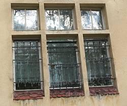 Окно с кованой решеткой