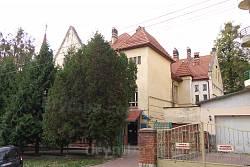 Главный фасад со стороны ул. Драгоманова разглядеть трудно
