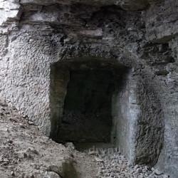 Хід, витесаний у скелі