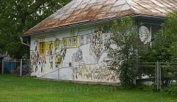 Большой рисунок на стене соседнего дома