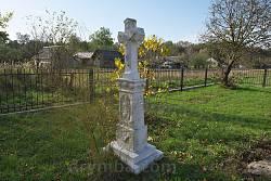 Хрест на церковному подвір'ї
