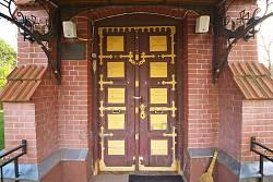Головні двері з кованим оздобленням